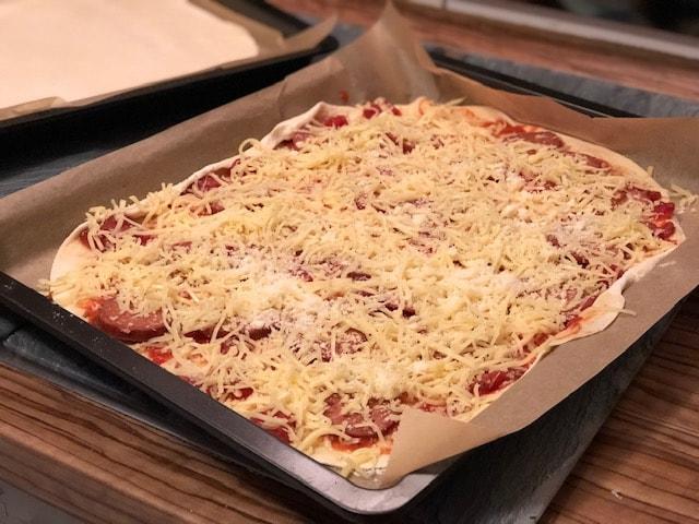 Pizza mit Sucuk - pizza mit salami