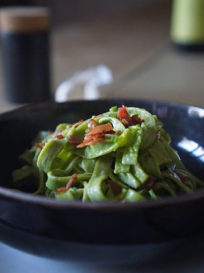 Grüne Pasta mit Speck und Zitrone
