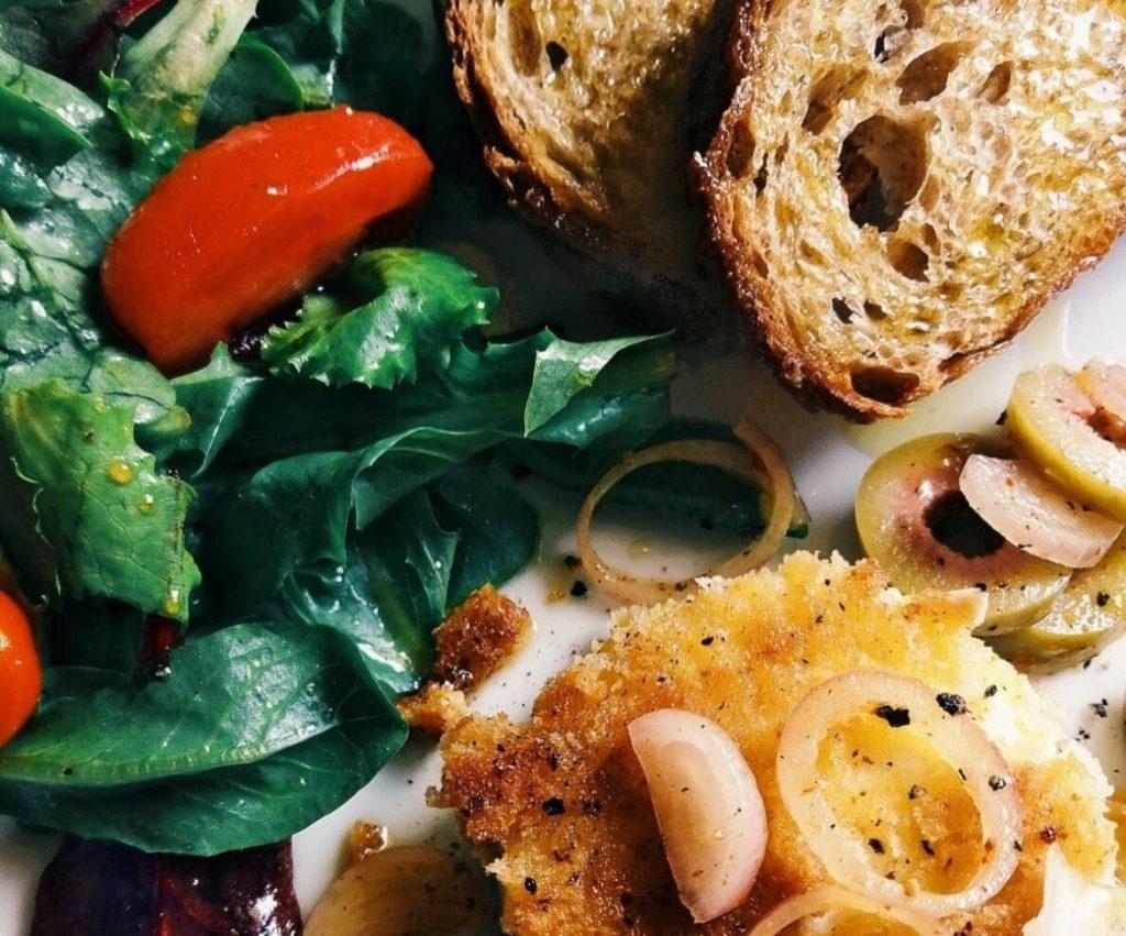 Ziegenkäsetaler mit grünen Oliven und Bruschetta