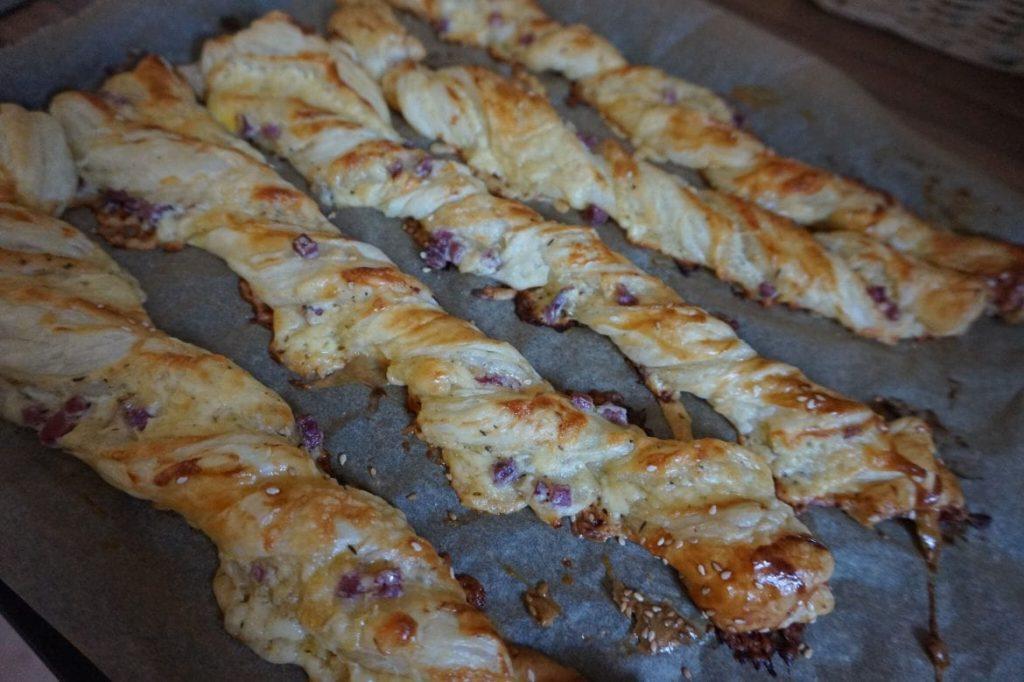 Blätterteig Stangen mit Zwiebel-Speck-Käse