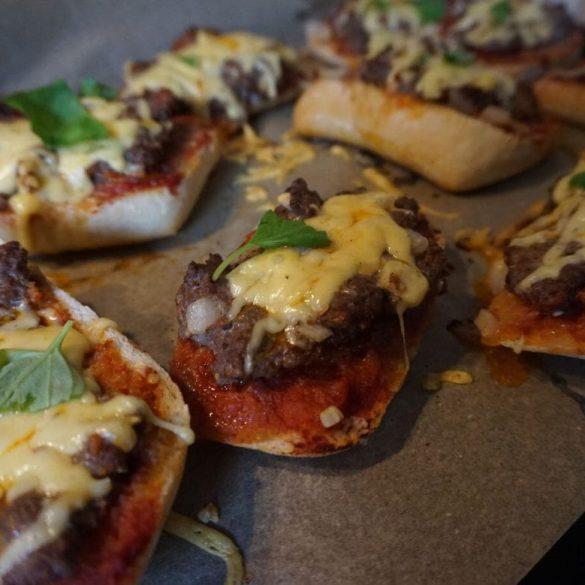 Brötchen Pizza mit Hack und Käse