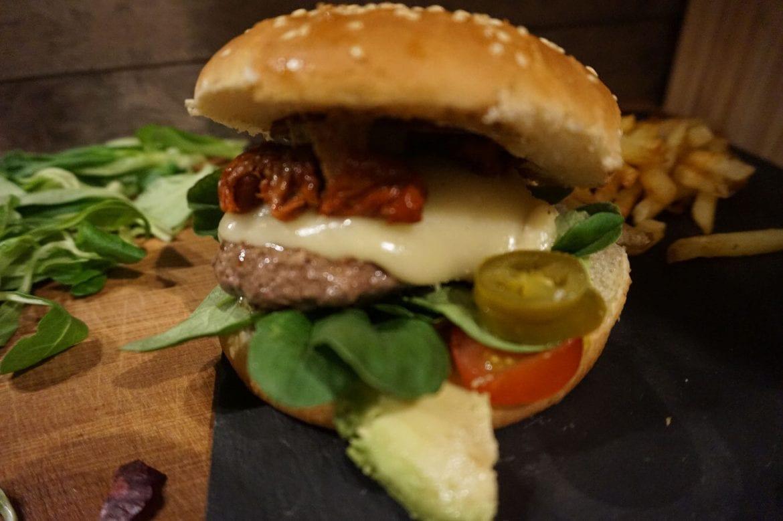 Cheeseburger mit Ziegenkäse-Avacado-Feldsalat
