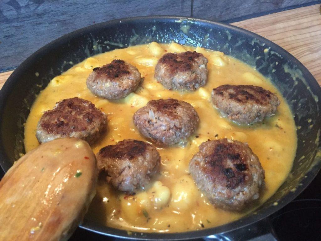 Curry Gnocchi mit Frikadellen