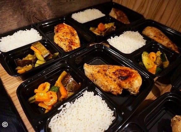 Hähnchenfleisch mit Reis und Gemüsepfanne