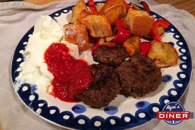 Kebab mit Joghurt und Tomatensoße