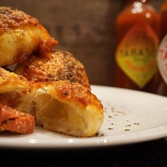 Parmesan Pizzabrötchen mit Salami