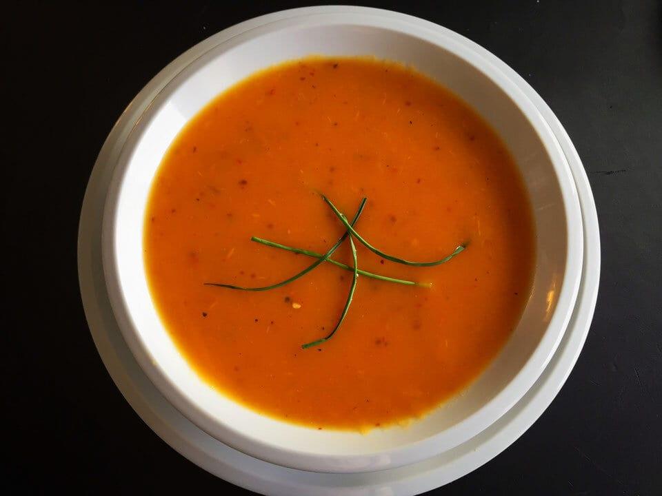 Pikante Möhren-Paprika-Tomaten-Suppe