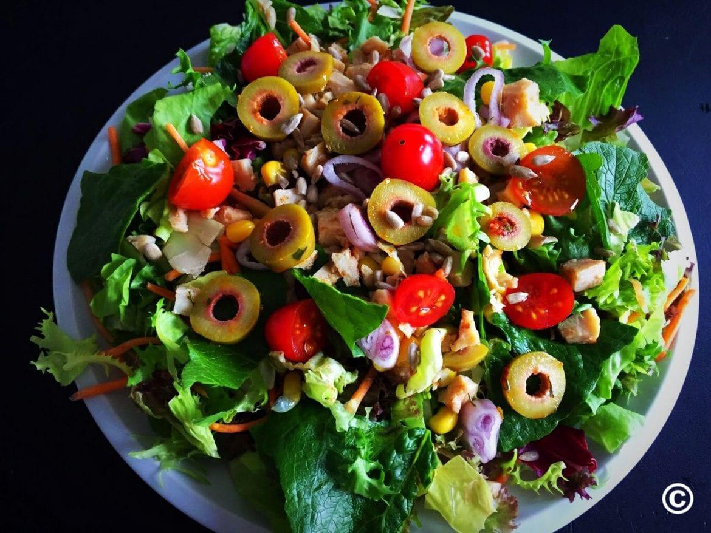 Salat mit Mais und Pute