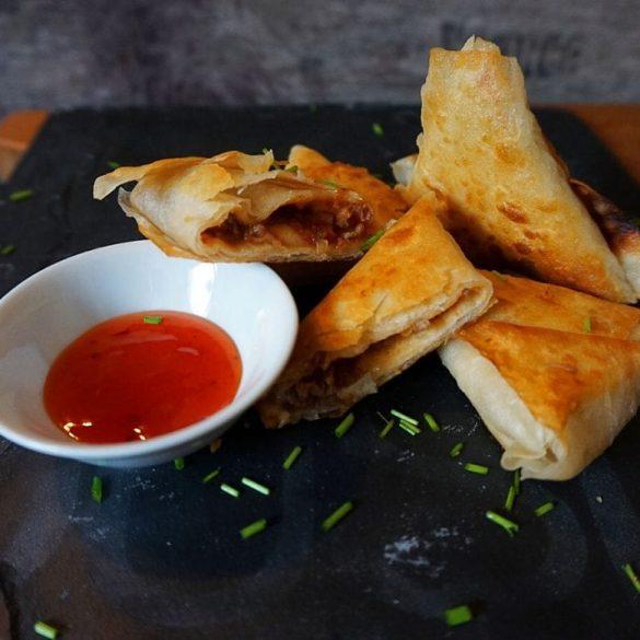 Samosa Teigtaschen mit Chili con Carne