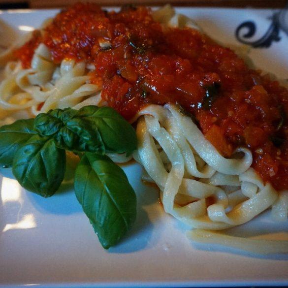 Spaghetti mit Basilikum Tomatensoße