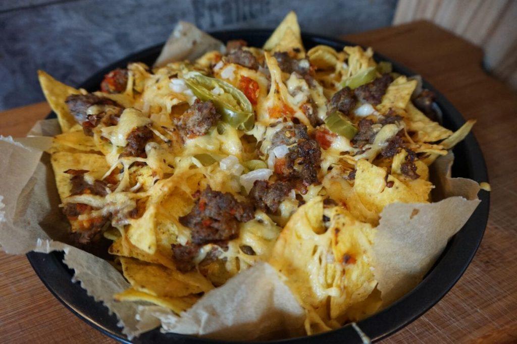 Überbackene Nachos mit Hack-Käse-Jalapenos