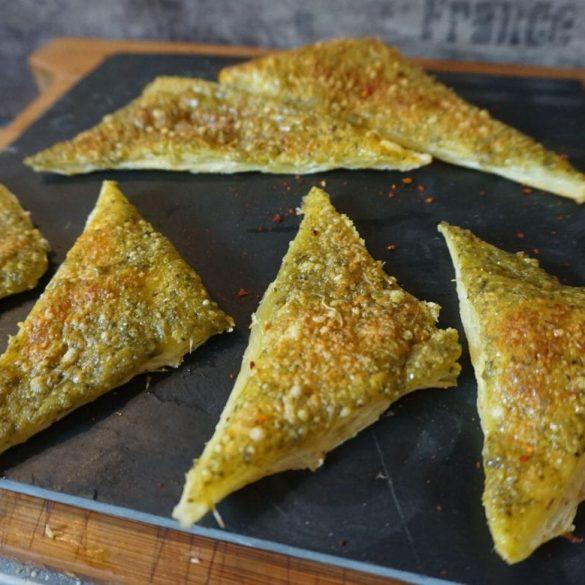 Blätterteig-Dreiecke mit Permasan und Pesto