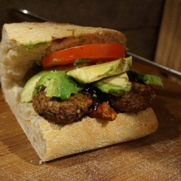 Buletten Burger mit Avocado
