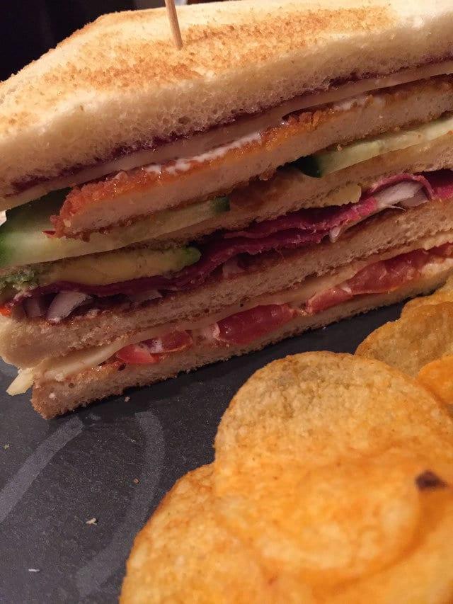 Club-Sandwich mit Avocado-Schnitzel-Feigensenf