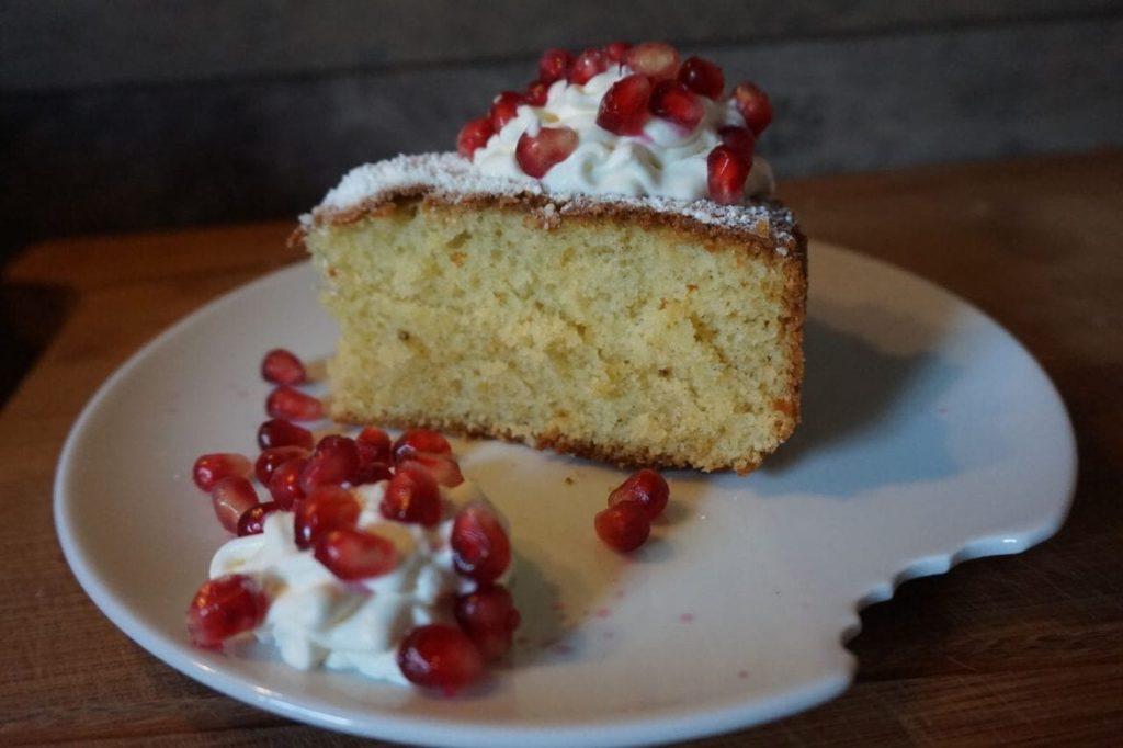 Vanillekuchen mit Sahne und Granatapfel