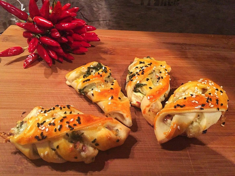 einfache Teigtaschen mit Käse und Petersilie