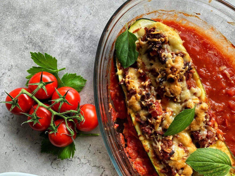 Gefüllte Zucchini saftig mit Hackfleisch und Käse überbacken