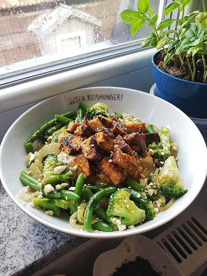 Leckere Tofu Gemüse Bowl